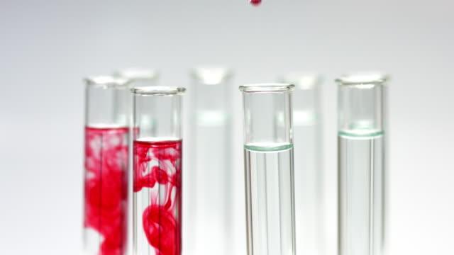 vídeos de stock, filmes e b-roll de gota de líquido vermelho em tubos de ensaio - tubo objeto manufaturado