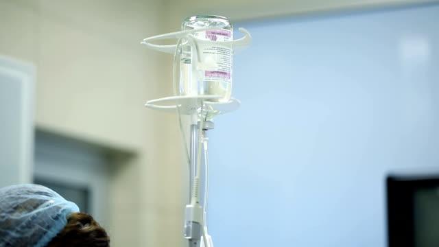 vídeos de stock e filmes b-roll de conta-gotas na sala de - artéria coronária