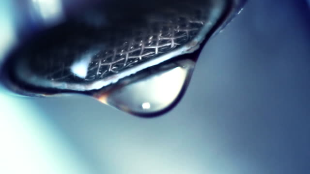 dropping faucet close-up slowmotion - tap water 個影片檔及 b 捲影像