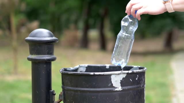 släppa plastflaska i papperskorgen i slow motion 180fps - pet bottles bildbanksvideor och videomaterial från bakom kulisserna