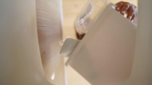 plastikflaschen in denwert einer mülltonne werfen - altglas stock-videos und b-roll-filmmaterial