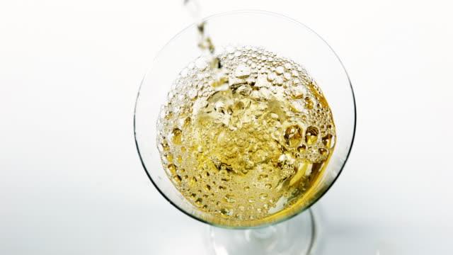 droppar faller i ett glas av vermouth, slow motion 4k - vitt vin glas bildbanksvideor och videomaterial från bakom kulisserna