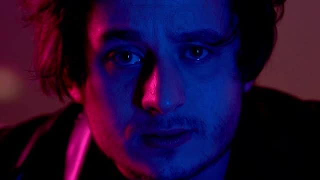 vídeos y material grabado en eventos de stock de adictos a drogas hombre mirando a cámara, relajante en fiesta en club nocturno, vida ociosa - human trafficking