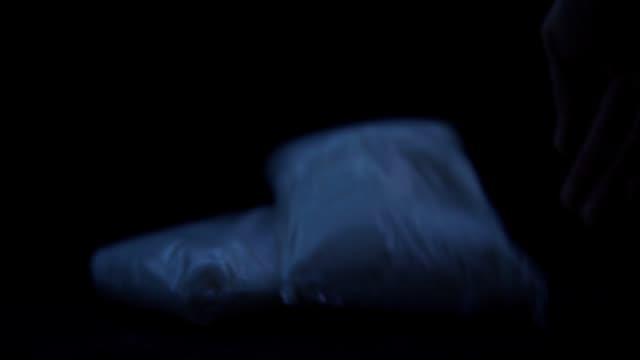 drogpåsar i mörker - e handel bildbanksvideor och videomaterial från bakom kulisserna