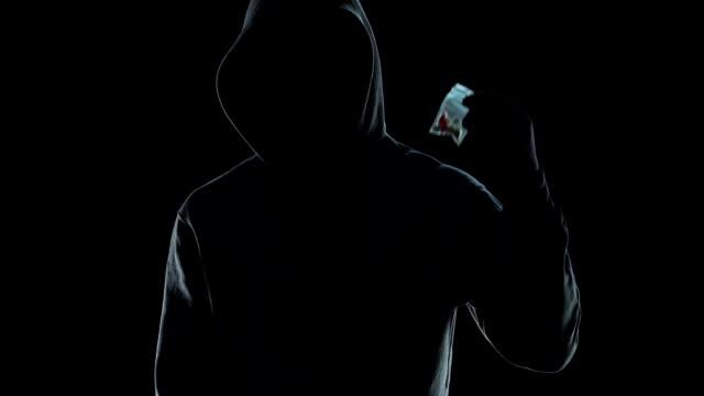 stockvideo's en b-roll-footage met drugsdealer in hoodie weergegeven: packet met lsd pillen op camera, verslaving probleem - amfetamine