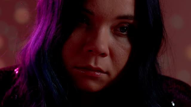 vídeos y material grabado en eventos de stock de drogas intoxicadas mujer con ojos rojos mirando al lado, perdiendo la vida en fiesta - human trafficking