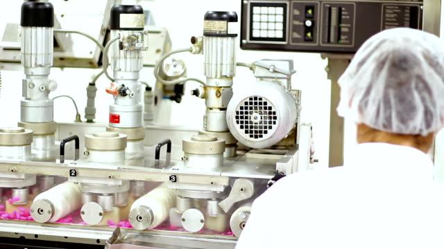 stockvideo's en b-roll-footage met drug productie machine - doordrukstrip