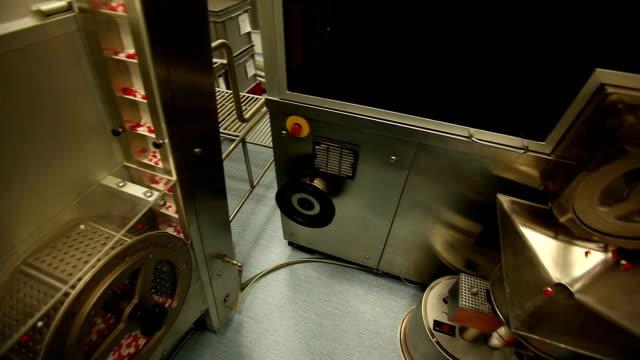 stockvideo's en b-roll-footage met drugs factory, tablets and pills 2 - doordrukstrip