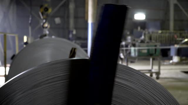 makine metal fabrika üzerinde yuvarlanan davul - yuvarlanmak stok videoları ve detay görüntü çekimi