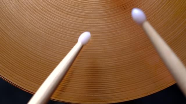 vidéos et rushes de bâton de tambour jouant salut-chapeau - instrument à percussion