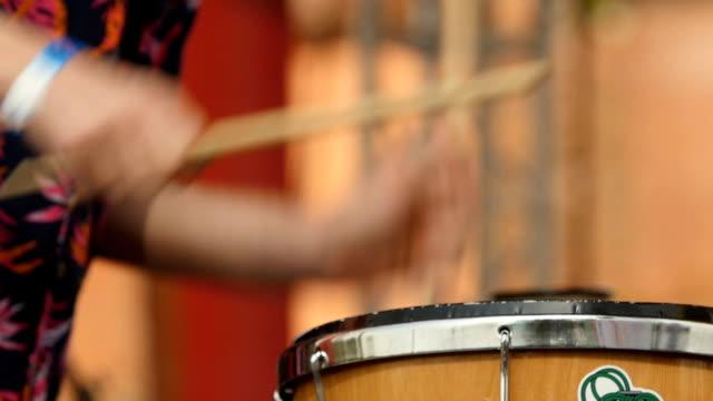 vídeos de stock e filmes b-roll de drummer drumming - bateria instrumento de percussão