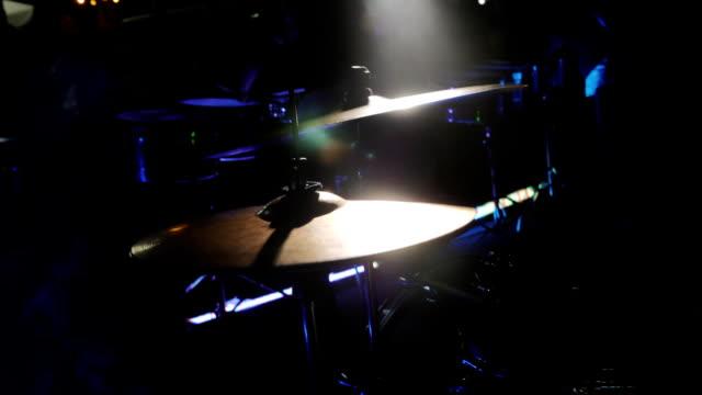 trummisen hand spelar trumma plattan på rockkonsert - trumset bildbanksvideor och videomaterial från bakom kulisserna