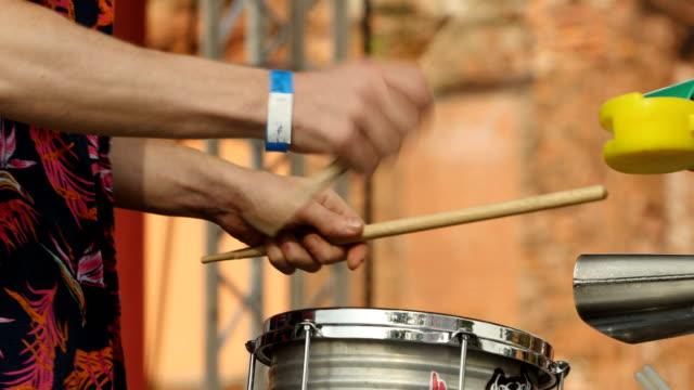 vídeos de stock e filmes b-roll de drummer hand - bateria instrumento de percussão