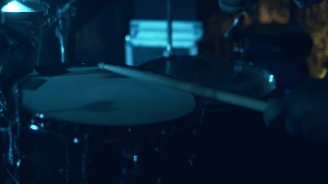 trummisen i konsert - trumset bildbanksvideor och videomaterial från bakom kulisserna