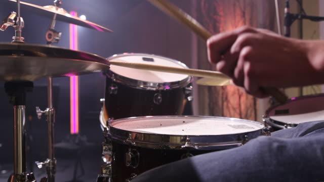 en trummis trummar i studion. musikern bakom trumsetet. - abakus bildbanksvideor och videomaterial från bakom kulisserna