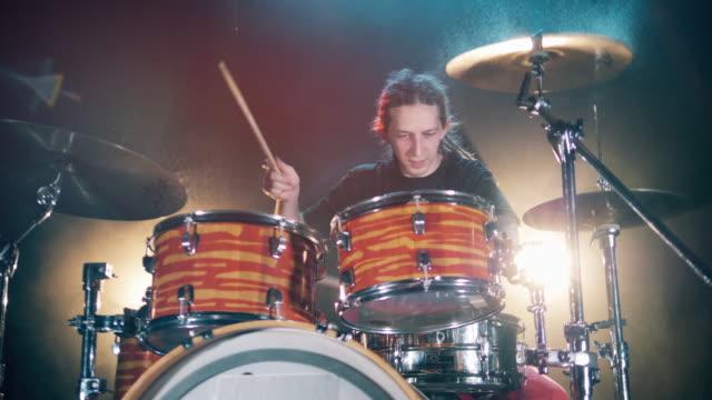 vídeos de stock e filmes b-roll de drummer is having a practice session with a drum set - bateria instrumento de percussão