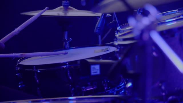 trummisen uppträder på scenen - trumset bildbanksvideor och videomaterial från bakom kulisserna