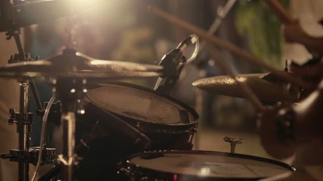 vídeos de stock e filmes b-roll de drummer performing on stage - bateria instrumento de percussão