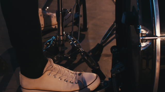 vídeos de stock e filmes b-roll de drummer play pedal at a concert - bateria instrumento de percussão