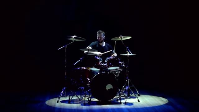 trummisen spelar på trumset på svart bakgrund. - trumset bildbanksvideor och videomaterial från bakom kulisserna