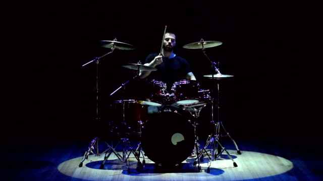 vídeos de stock e filmes b-roll de drummer playing on drum set on stage, slow motion. - baterista