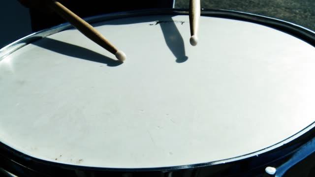 trummisen spelar trummor utanför. - trumset bildbanksvideor och videomaterial från bakom kulisserna