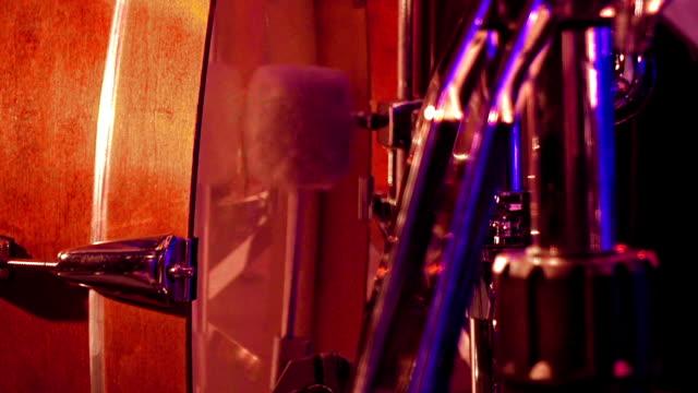 trummisen spelar på en bas trumma med pedal - trumset bildbanksvideor och videomaterial från bakom kulisserna