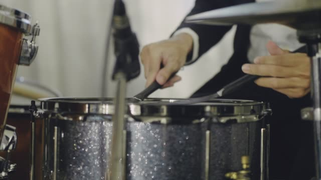 trummisen tar solo i konsert - trumset bildbanksvideor och videomaterial från bakom kulisserna