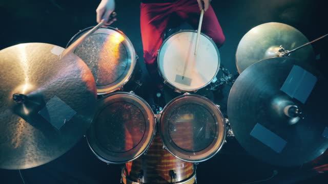 trummor spelas i en toppvy - trumset bildbanksvideor och videomaterial från bakom kulisserna
