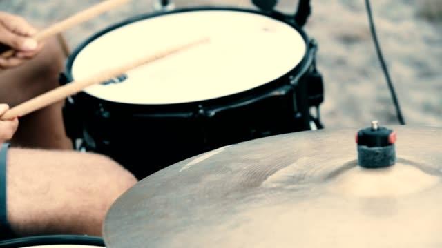 trummor hitted av en musiker. jam-session - trumset bildbanksvideor och videomaterial från bakom kulisserna