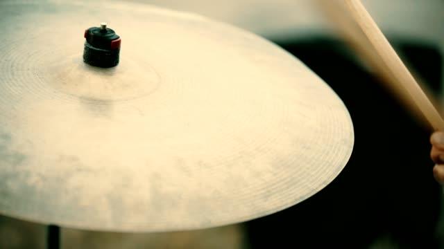 trummor hitted av en musiker. plattor närbild. jam-session - trumset bildbanksvideor och videomaterial från bakom kulisserna