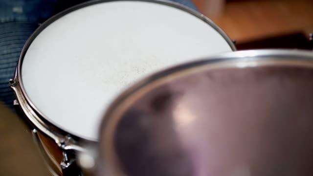 drumstick slå trumma-stock video - trumset bildbanksvideor och videomaterial från bakom kulisserna