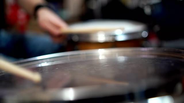 vidéos et rushes de drumstick frapper tambour - stock vidéo - instrument à percussion
