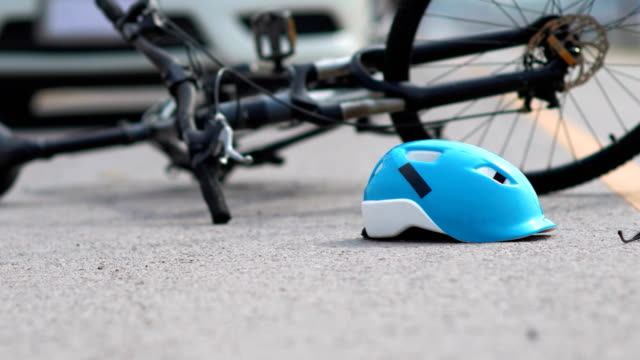 vídeos de stock e filmes b-roll de drunk driving accident , car crash with bicycle on road - impacto