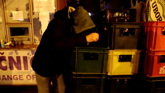 vídeos de stock e filmes b-roll de drunk man outdoors - bêbedo