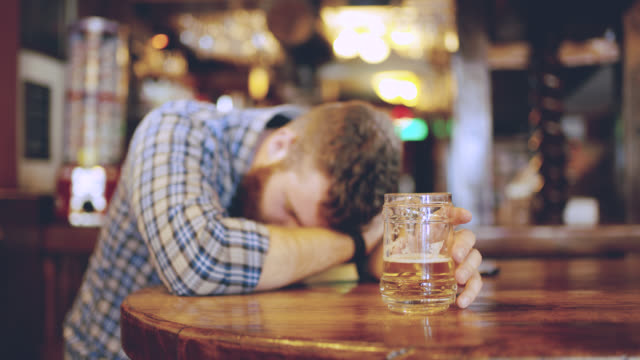 ds ms drunk men sleeping in the pub - prażony filmów i materiałów b-roll