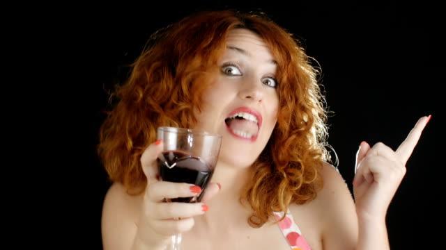 vídeos y material grabado en eventos de stock de borracho mujer danza y beber vino tinto :  alcohol, adicción, club - animales de granja