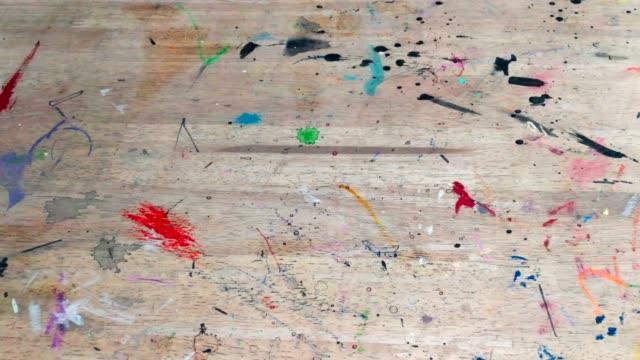 木のテーブルに色を乾燥します。 - 美術の授業点の映像素材/bロール