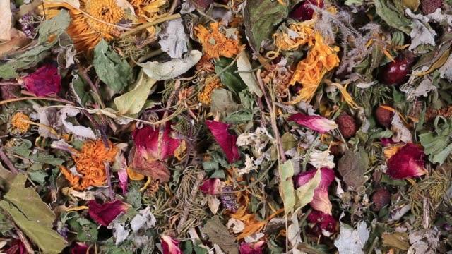 vidéos et rushes de sec fleurs et herbes thé fond, vue de dessus, gros plan, tourne - plante aromatique
