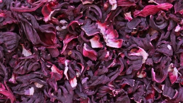 trockene hibiskusblüten tee-rotations-textur-hintergrund aus sudanesischer rose, karkade - nierenkelch stock-videos und b-roll-filmmaterial