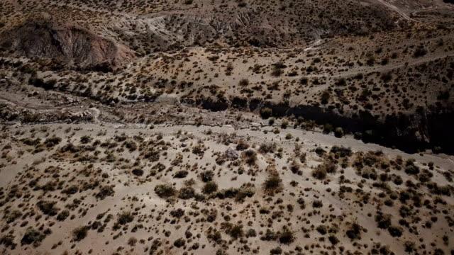 カリフォルニアの砂漠の谷の河川敷 - カリフォルニアシエラネバダ点の映像素材/bロール