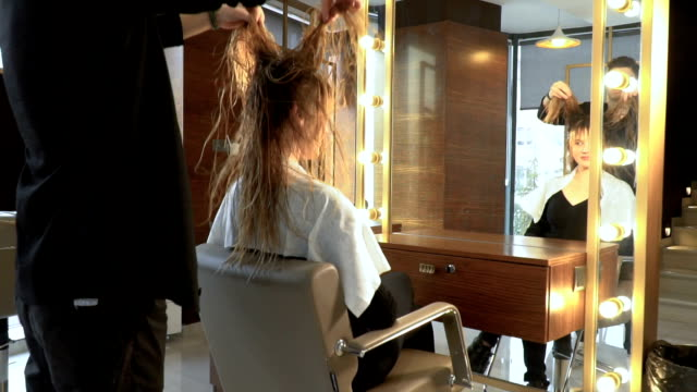 vídeos de stock e filmes b-roll de drying hair - puxar cabelos
