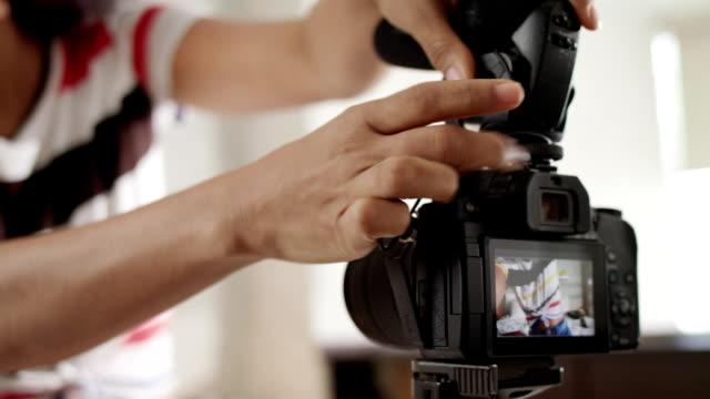 dslr камера для женщины запись vlog и учебник - influencer стоковые видео и кадры b-roll
