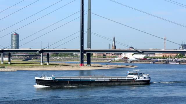 düsseldorf rhein mit bridge - düsseldorf stock-videos und b-roll-filmmaterial