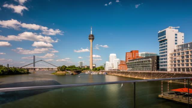 düsseldorf skyline - tracking-zeitraffer - düsseldorf stock-videos und b-roll-filmmaterial