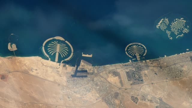 dubai from space, seen from the international space station. - вид со спутника стоковые видео и кадры b-roll