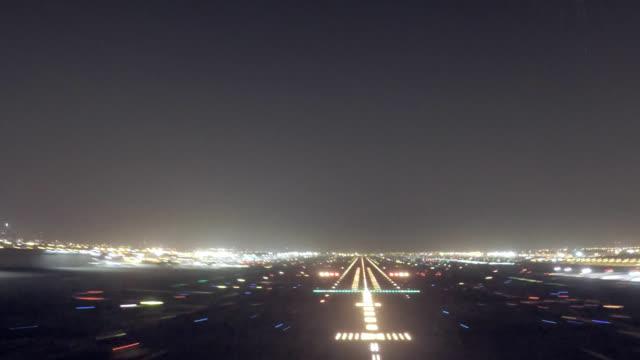 dubai intl. airport, approach and landing (pov shot nighttime) - lądować filmów i materiałów b-roll