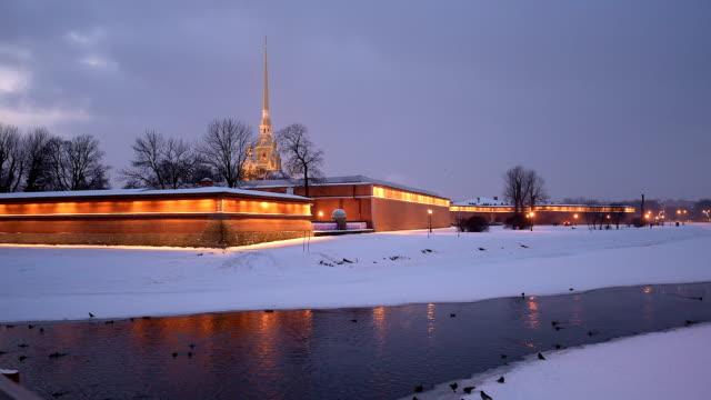ankor på kronverksky samhet i vinter st. petersburg mot peter och paul-fästningen - peter and paul cathedral bildbanksvideor och videomaterial från bakom kulisserna