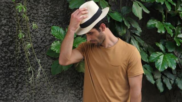 vidéos et rushes de mec souriant au chapeau - chapeau