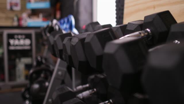 hanteln im fitnessstudio - hantel stock-videos und b-roll-filmmaterial